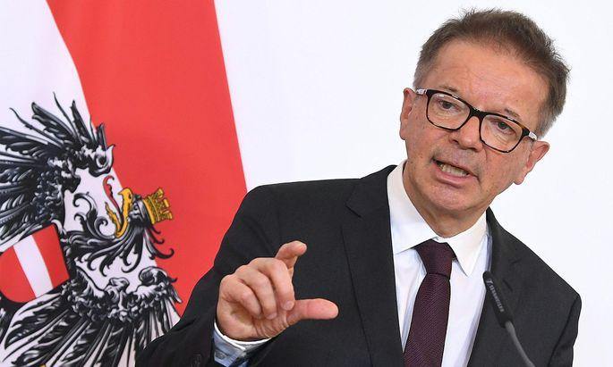"""Gesundheitsminister Rudolf Anschober und die """"ruhige Hand""""."""