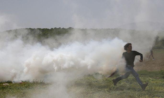 Die mazedonische Polizei versucht, Flüchtlinge mit Tränengas zurückzuhalten. In Idomeni an der mazedonisch-griechischen Grenze kommt es immer wieder zu Revolten.
