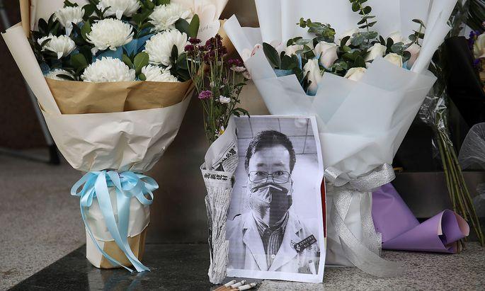 Ein improvisierter Gedenkort für Li Wenliang am Eingang des Krankenhauses in Wuhan.