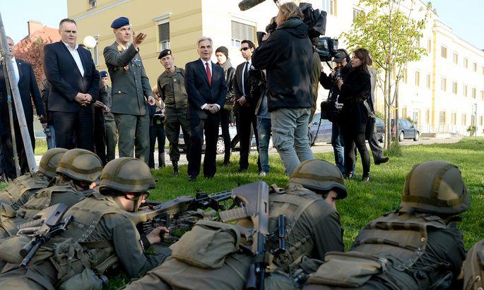 Mehr Soldaten – und mehr Geld für die Soldaten: Verteidigungsminister Hans Peter Doskozil und Bundeskanzler Werner Faymann (SPÖ) kündigten am Mittwoch mindestens eine Milliarde Euro mehr an.