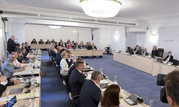 Die Zweite Nationalratspräsidentin und U-Ausschussvorsitzende Doris Bures (2.v.R/SPÖ) und Ausschussteilnehmer am Dienstag vor Beginn einer Sitzung des BVT-U-Ausschusses im Parlament in Wien.
