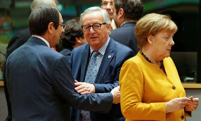 """EU-Kommissionspräsident Jean-Claude Juncker (Mitte) beschreibt die deutsche Kanzlerin Angela Merkel (re.) als """"nicht durchsichtig, aber transparent""""."""