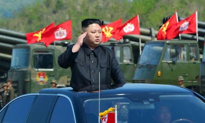 Nordkoreas Machthaber Kim Jong-un bei einer Militärparade.
