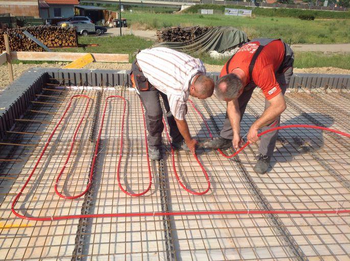 Verlegung der wasserführenden Rohrleitungen: Diese bilden das zentrale Element der Betonteilaktivierung.
