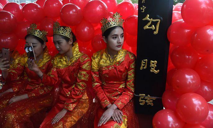 Chinesen machen sich gern geschönte Bilder von ihrem Land, der Westen malt schwarz. Professor Gu will beides vermeiden.