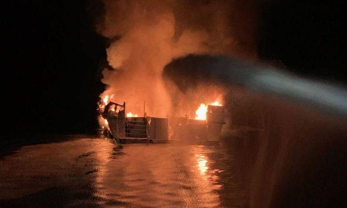 Brand auf einem Ausflugsschiff vor der Küste Kaliforniens