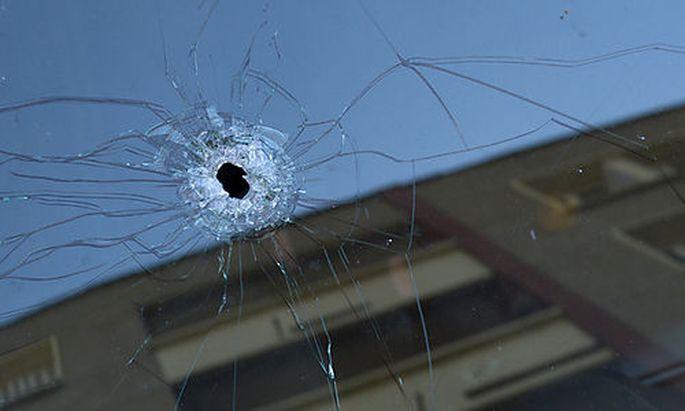 Ein Einschussloch in einem Auto bei dem Haus, in dem sich Merah verschanzt hielt.