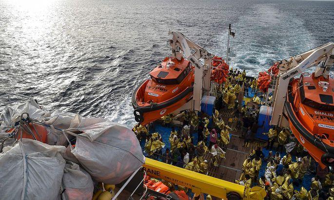 Rettungsschiffe verschiedenster Organisationen sind vor der libyschen Küste im Einsatz.
