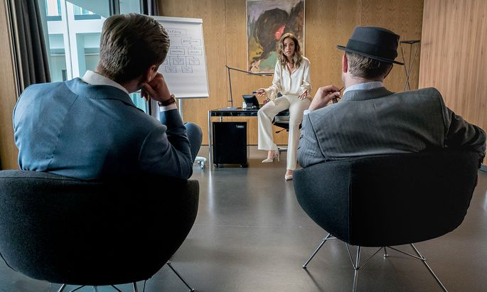 Die Bankangestellte Nicole (Janina Uhse) erweist sich als noch durchtriebener als ihre kriminellen Verbündeten (l. David Kross, r. Frederick Lau).