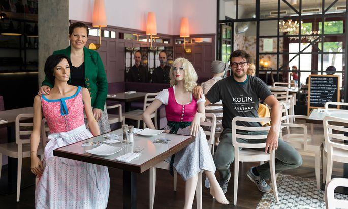 Constanze Kurz (Hanna Trachten Manufaktur) und Kolin-Chef Dieter Elsler zwischen den Puppen, die die Tischabstände garantieren.