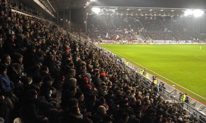 Volle Zuschauerreihen in Fußballstadien - wann wird das wieder möglich sein?