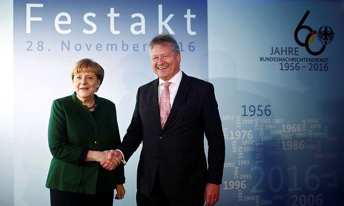 Armin Kahl (im Bild mit Angela Merkel) warnt vor Cyberangriffen.