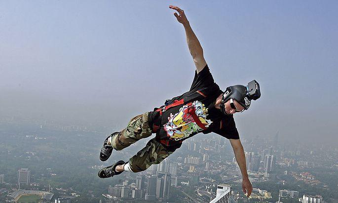 Archivbild: Ein Springer bei einem Base-Jump-Event in Kuala Lumpur