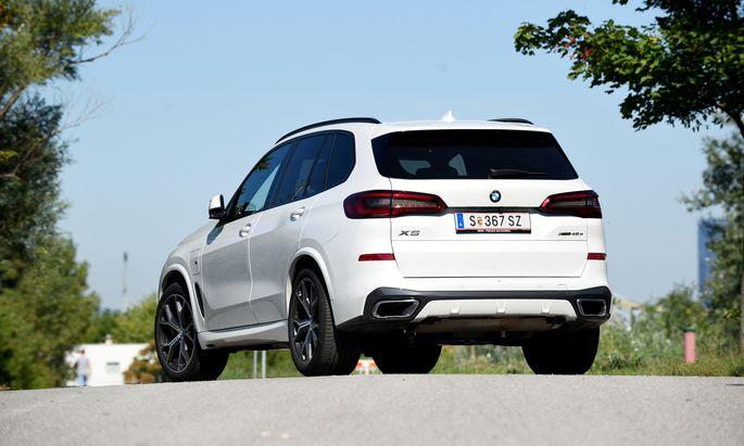 Ein Trumm von einem Auto, aber fast 80 Kilometer kann man damit völlig CO2-frei und umweltfreundlich unterwegs sein: der X5 xDrive 45e.