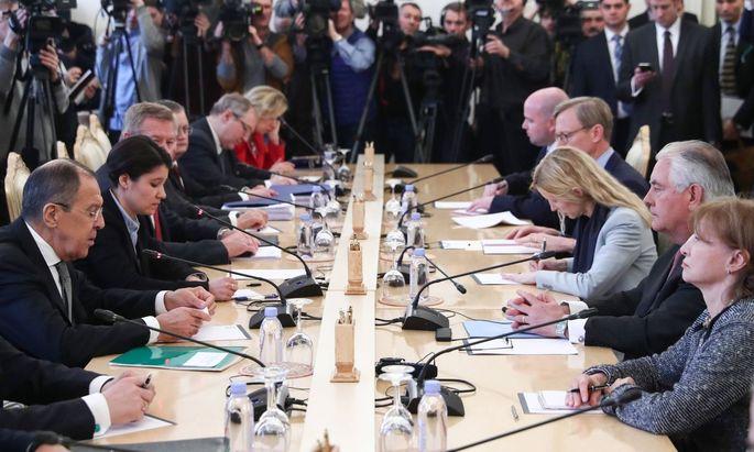 Die gegenseitigen Sympathiebekundungen zwischen Moskau und Washington sind Tage vor dem Treffen von Lawrow (l.) und Tillerson (2. v. r.) harten Worten gewichen.