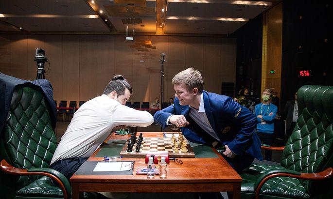 Der neue Schach-Handshake: Jan Nepomnjaschtschi (l.) und Kirill Alexejenko.