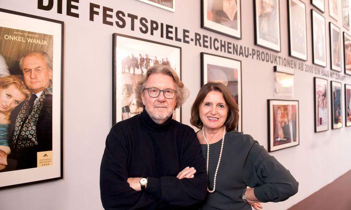 """Ein Bild aus besseren Tagen: Renate und Peter Loidolt 2016 vor einem Foto-Rückblick auf """"ihre"""" Festspiele."""
