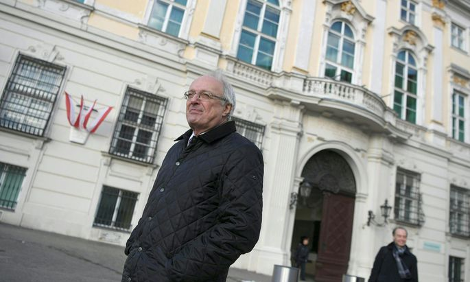 Der evangelisch-lutherische Bischof Michael Bünker vor dem Bundeskanzleramt.