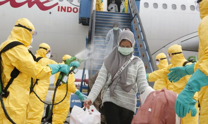 An Flughäfen in China wird desinfiziert und Fieber gemessen.