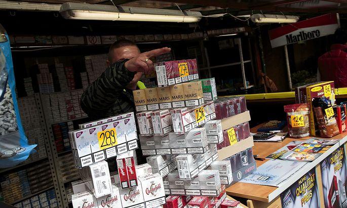 Archivbild: Im EU-Ausland - wie hier in der polnischen Stadt Slubice an der Grenze zu Deutschland - werden wieder mehr Zigaretten gekauft.