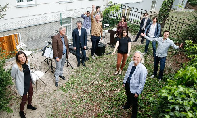 Foto von der Premiere: Peter Edelmann (Mitte, im beigen Pullover) mit Künstlern beim ersten Hofkonzert.