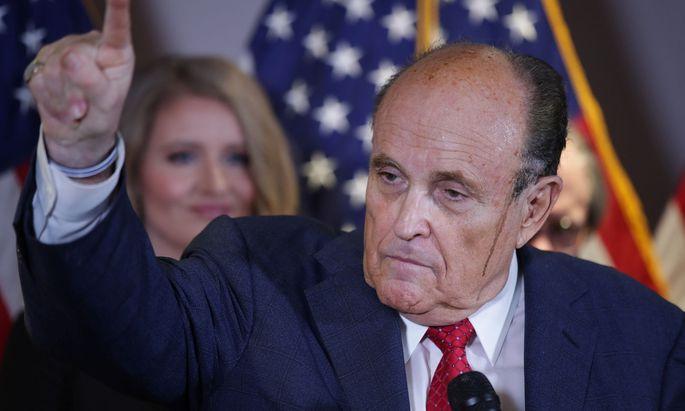 Eine Pressekonferenz, die zum PR-Desaster geriet: Rudy Giuliani kommt bei der Verteidigung Donald Trumps ins Schwitzen.