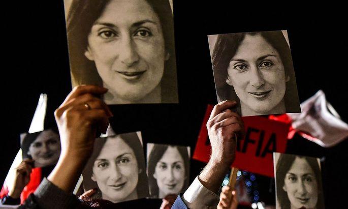 Archivbild von Protesten in Malta im Jahr 2019 - auf den Bildern zu sehen ist die getötete Journalistin Daphne Caruana Galizia.