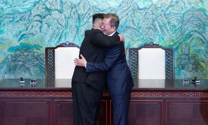 Nordkoreas Machthaber Kim Jong-un und Südkoreas Präsident Moon Jae-in (l.)