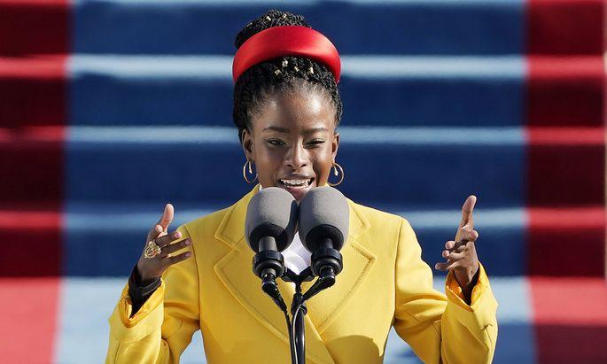 """Amanda Gorman trug im Jänner bei der bei der Inaugurationsfeier am Kapitol ihr Gedicht """"The Hill We Climb"""" vor."""