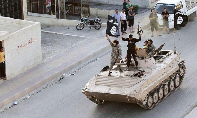 IS-Anhänger feiern ihren Sieg über die Provinz Raqqa.