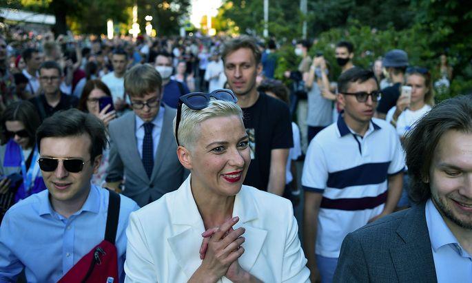 Maria Kolesnikowa (hier auf einem Archivbild von Anfang August) protestierte auch am vergangnenen Wochenenden mit Tausenden Menschen in Minsk gegen Präsident Lukaschenko. Am Montag verschwand sie.