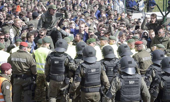 Mit rund 800 jungen Soldaten als Flüchtlingsdarstellern sollte unter anderem realistisch geübt werden, wie mit Menschenmassen an einer Grenze umgegangen wird.