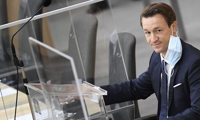 Hinter Plexiglas: Finanzminister Blümel auf der Regierungsbank im Nationalrat.