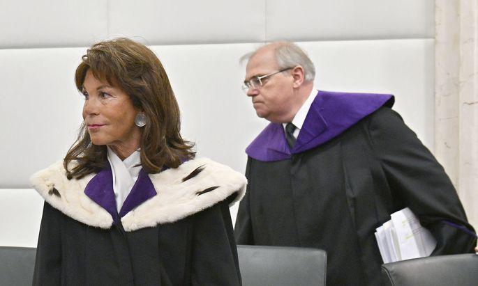 Wolfgang Brandstetter, ehemaliges Mitglied des Verfassungsgerichtshofs, links Brigitte Bierlein