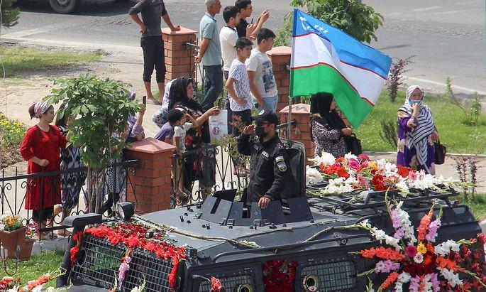 Archivbild vom 23. Mai 2021 während der Parade anlässlich des Blumenfestes in der Stadt Namangan in Usbekistan.