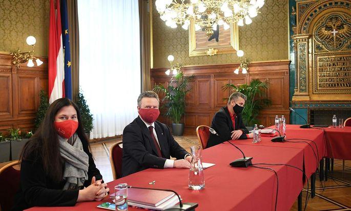 Ein Bild, das oft zu sehen ist: Ludwig, umrahmt von Parteimanagerin Novak und Klubchef Taucher.