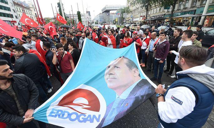 Archivbild von vor einem Jahr, als türkisch-stämmige Österreich nach dem Putschversuch in der Türkei für Präsident Erdogan auf der Mariahilfer Straße demonstrierten.