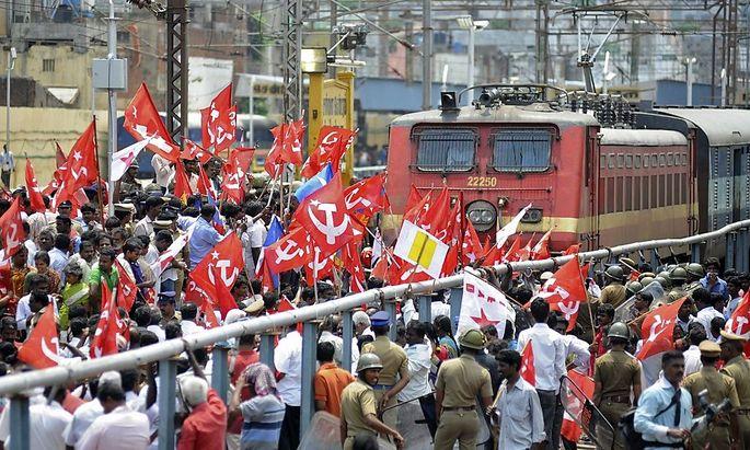 Die Demonstranten blockierten einige Zugverbindungen
