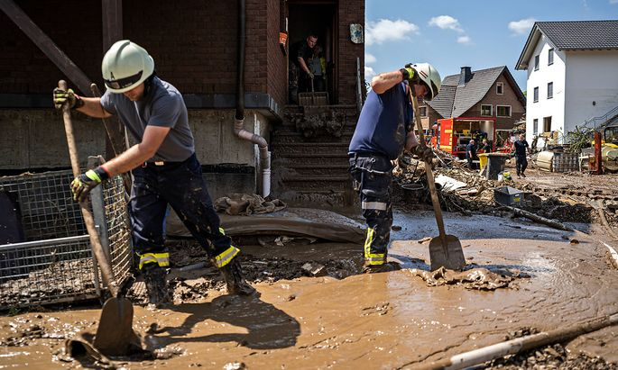 Aufraeumarbeiten nach dem Hochwasser Bewohner und Feuerwehr tragen Schlamm in der Stadt Marienthal ab. Am 14.07.2021 kam