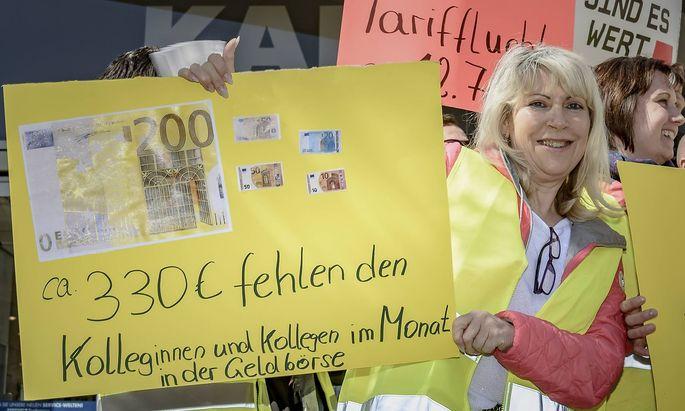 Ein Bild vom Warnstreik bei Karstadt-Sport in Berlin Mitte April.