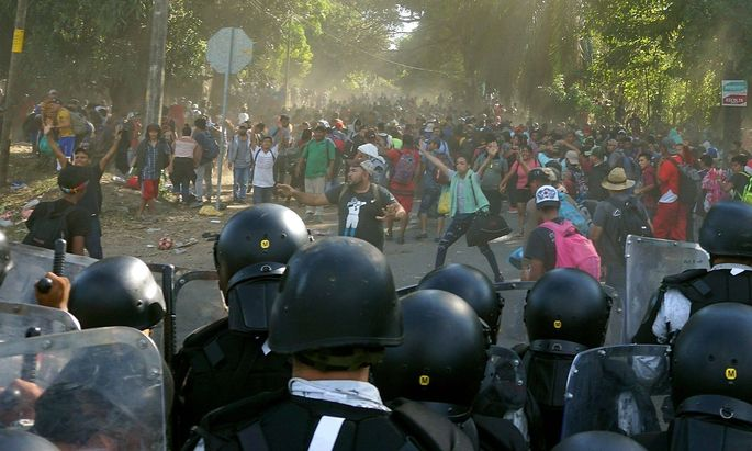 Zusammenstöße zwischen Migranten und Sicherheitskräften an Mexikos Südgrenze.