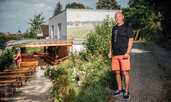 Josef Möth, der einzige Haupterwerbswinzer in Vorarlberg, vor seinem Heurigen in Bregenz. Im August will er das zweite Weinfass aus dem Bodensee holen.