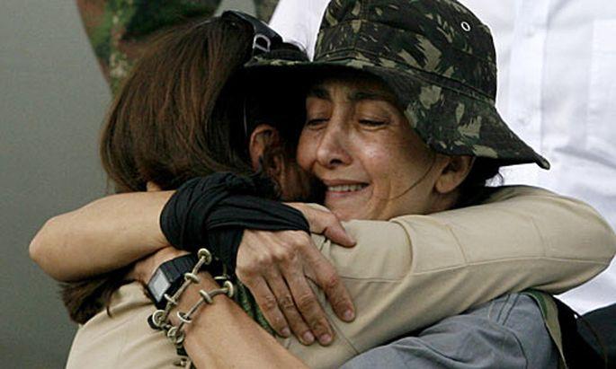 Ingrid Betancourt umarmt ihre Mutter bei der Ankunft in Bogota.