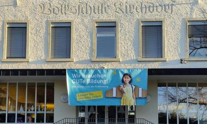 Kurz vor Mitternacht lenkte die Volksschule Lustenau-Kirchdorf ein.