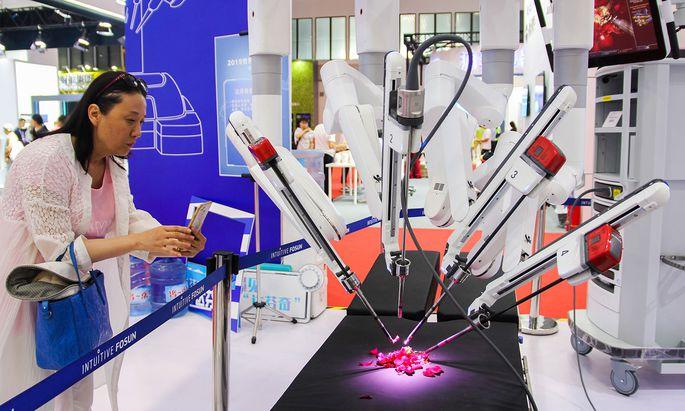Roboter für den Operationstisch. Ein US-Unternehmen macht damit gutes Geschäft.