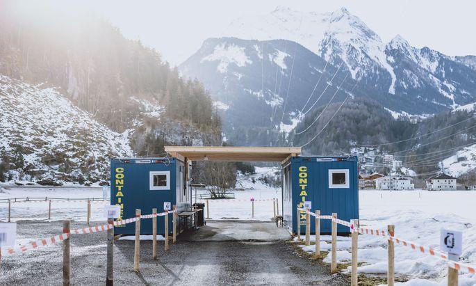 Massentests statt abzuriegeln: So lautet – vorerst – die Strate-gie für Tirol. Am Sonntag oder Montag soll das Weitere entschieden werden.