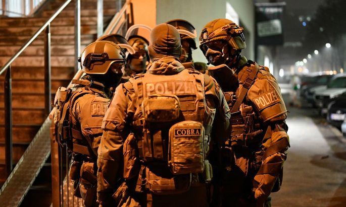 Einsatzkräfte am Montag, 9. November 2020, im Rahmen der Operation 'Luxor' in Wien. Eine Woche nach dem Anschlag in Wien haben am Montag Razzien gegen Vereine mit Verbindung zu Muslimbruderschaft und Hamas stattgefunden.