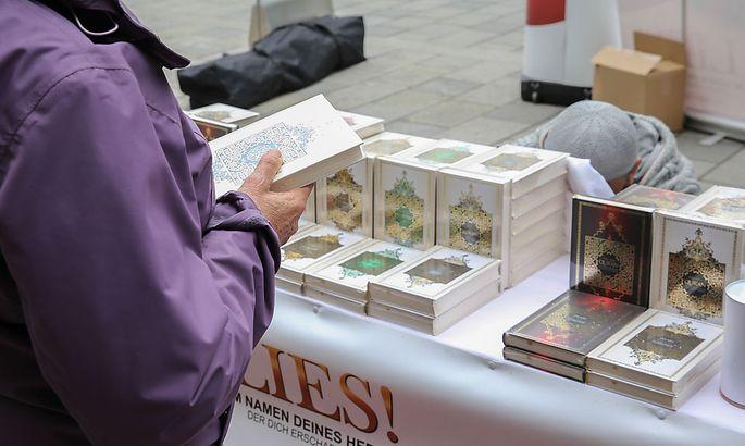 Mariahilfer Straße: Der Koran liegt stapelweise zur Verteilung bereit.