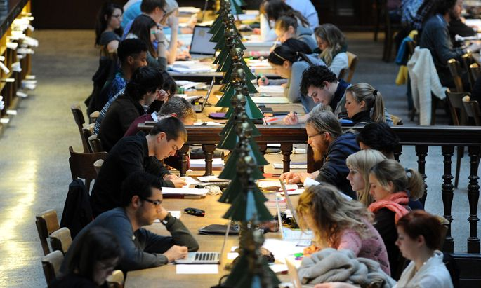 Studenten im Lesesaal.