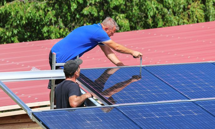 Bei Aufgaben wie der Montage von Solarzellen oder Windrädern sind vor allem klassische technische Fertigkeit wie Elektrotechnik oder Mechatronik gefragt.